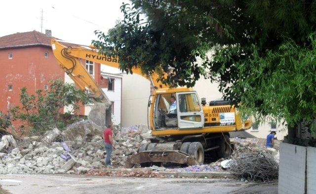 İzmit te ağır hasarlı binaların yıkımına devam ediyor