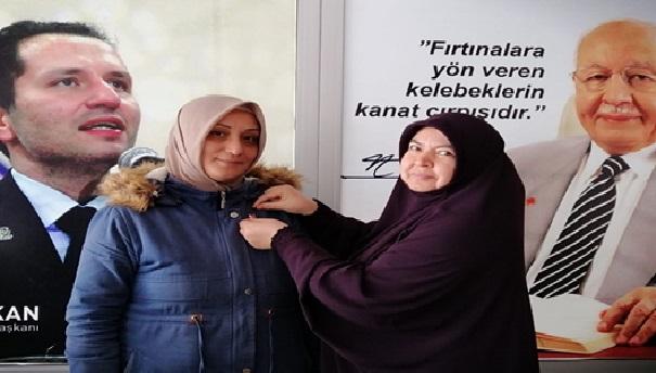 Partiye yeni üye olan hanımlara rozetlerini ilçe başkanı Nuray Gökdemir taktı
