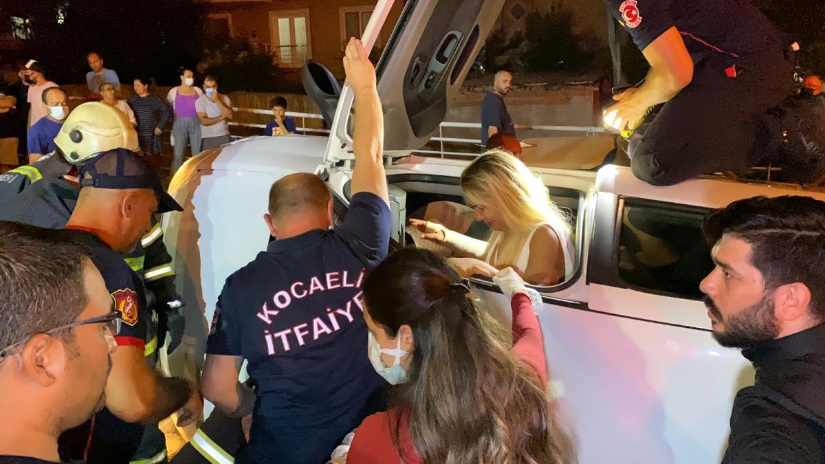 Otomobil yan yattı, içinde bulunan kadın böyle kurtarıldı