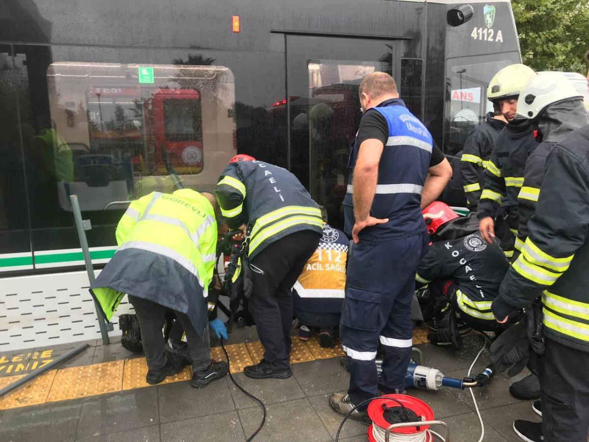 Kocaeli de tramvay ile durağın beton zemini arasına ayağı sıkışan kadın kurtarıldı